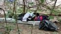 Un migrant, ici le 9 juin, a trouvé refuge dans un parc parisien après avoir été évacué de la porte de la Chapelle.
