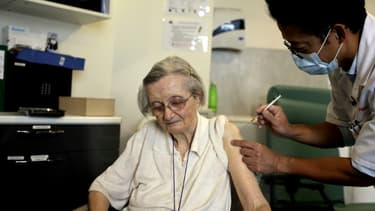 Une femme âgée reçoit une troisième dose du vaccin Pfizer-BioNtech contre le Covid-19 à Paris, le 13 septembre 2021