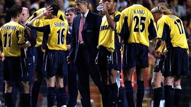 Arsène Wenger et ses joueurs lors de la défaite en finale de la Coupe de l'UEFA en 2000