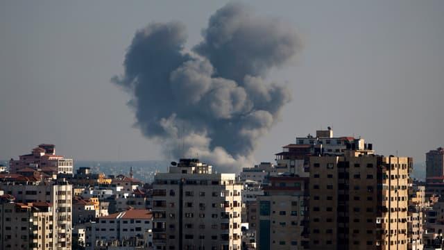 De la fumée s'échappe d'un immeuble après un raid aérien israélien, le 10 juillet 2014, à Gaza.