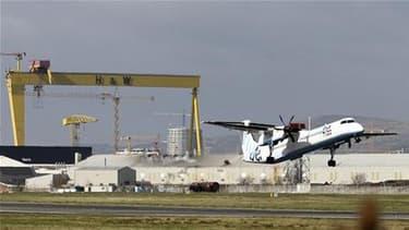 Sur le tarmac de l'aéroport de Belfast. L'Irlande rouvrira mardi à 12h00 GMT son espace aérien qui a été fermé dans la matinée en raison de cendres volcaniques venues d'Islande. /Photo prise le 20 avril 2010/REUTERS/Cathal McNaughton