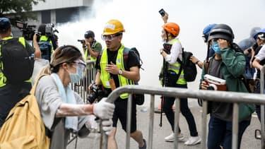 Les forces de l'ordre dispersent la foule hongkongaise à l'aide de gaz lacrymogène.