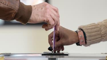 Un homme met un bulletin dans l'urne au second tour des législatives, le 4 février 2018 à Belfort. (Photo d'illustration)