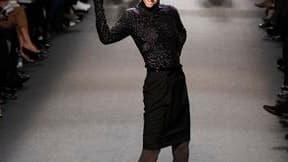 """Pour sa collection de l'hiver prochain, présentée samedi dans son atelier parisien, Jean-Paul Gaultier a puisé dans les clichés de l'élégance des """"Trente glorieuses"""" en mettant en valeur une sensualité et une séduction assumées. /Photo prise le 5 mars 201"""