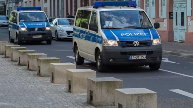 Deux fourgons de la police allemande.
