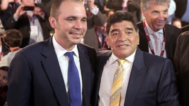 Le candidat à la présidence de la Fifa Ali bin al-Hussein (à g.) et l'ex-footballeur argentin Diego Maradona le 4 mai 2015.