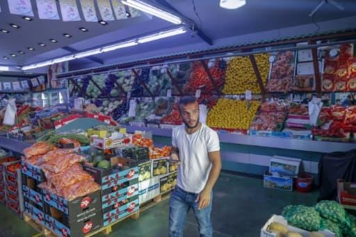 Un Palestinien travaille dans un marché de produits frais dans le quartier de Wadi al-Joz, à Jérusalem-Est occupée, le 3 juin 2020