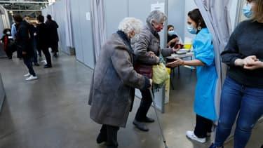 Des personnes viennent se faire vacciner contre le Covid-19, le 6 mars 2021 à Paris