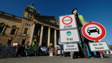 Un manifestant en mai, devant la cour fédérale de Leipzig (Allemagne), pour demander l'interdiction du diesel.