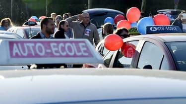 En voiture Simone propose d'initier les apprentis conducteurs à la conduite à des tarifs défiant toute concurrence.