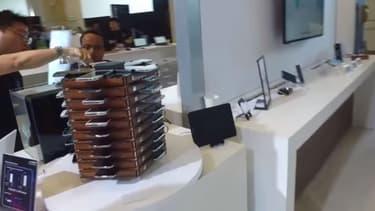 """Samsung a réalisé une grappe de 40 Samsung Galaxy S5 qui, ensemble, réalisent des calculs complexes nécessaire au """"minage"""" de Bitcoin."""