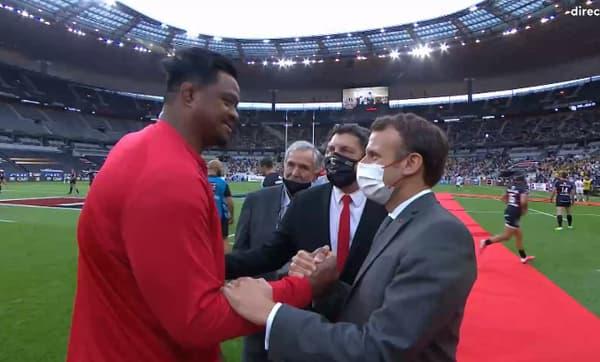 Iosefa Tekori et Emmanuel Macron, au Stade de France le 25 juin 2021