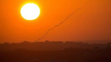 Une roquette laisse une traînée de fumée dans le ciel israélien, le 20 août 2014.