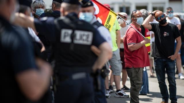 Des grévistes devant la Fonderie de Bretagne le 1er juin 2021