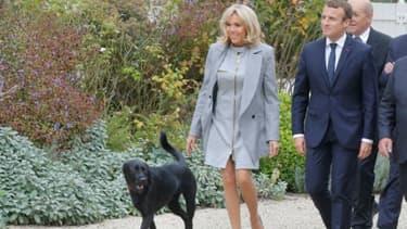 Le président Emmanuel Macron, son épouse Brigitte et leur chien Nemo, le 27 septembre 2017 à l'Elysée