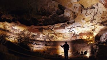 Lascaux 4 est l'une des victimes des arbitrages du ministère de la Culture. Il devait conduire à la création, en 2015, d'une zone de protection et à la fabrication d'une nouvelle réplique de la grotte. Les élus locaux cherchent d'autres financements.