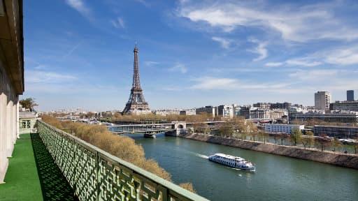 L'agence immobilière a choisi de présenter son étude dans un appartement de 1.100 mètres carré, sur les Quais de Seine.
