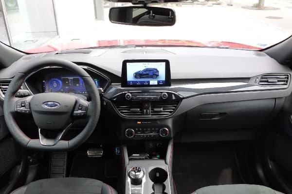 L'intérieur, très typé Ford (même dans cette version ST Line), reste plutôt austère esthétiquement, sans pour autant paraître chiche. L'ergonomie est savamment étudiée, en faisant de la place à la technologie et à la connectivité (via un écran-tablette central simple à manier), tout en conservant une grande partie des fonctions essentielles disponibles via des boutons et des commodos.