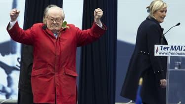 Jean-Marie Le Pen, le 1er mai dernier, devant sa fille Marine.