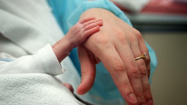Un nourrisson et sa mère (Image d'illustration)