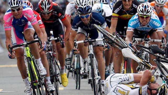 Alessandro Petacchi (g) échappera à la chute massive des coureurs du peloton