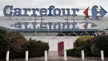 La location-gérance permet à Carrefour de rester propriétaire du magasin -contrairement à une franchise- et nécessite moins de mise de fonds initiale de la part du repreneur.