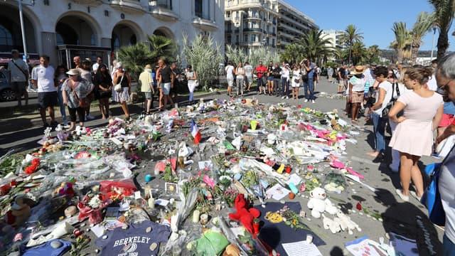 Des fleurs pour l'hommage aux victimes de la tuerie de Nice, le 17 juillet.