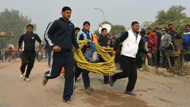 Des secouristes se précipitent sur les lieux d'un accident d'avion à New Delhi le 22 décembre 2015