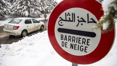 Un panneau de signalisation prévenant d'une barrière de neige à Ifrane, au Maroc, le 21 janvier 2017.