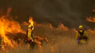 Quelque 2.000 pompiers luttent contre le sinistre avec l'aide d'hélicoptères et d'avions canadairs.