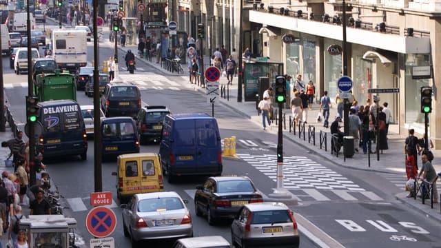 Une piste cyclable à double sens de circulation est en cours de création rue de Rivoli à Paris.