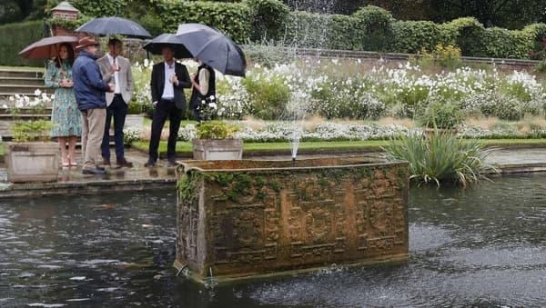 Kate Middleton, le prince William et le prince Harry dans les jardins de Kensington Palace, le 30 août 2017