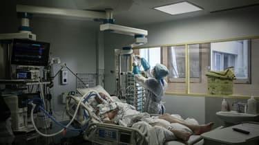 Un malade du Covid-19 en réanimation à l'hôpital Robert Boulin de Libourne, dans le sud-ouest de la France, le 6 novembre 2020
