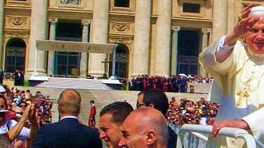 Le pape Benoît XVI, place saint-Pierre en 2007.