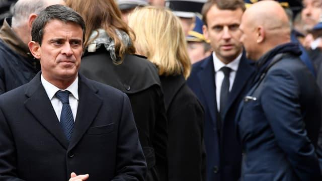 Manuel Valls et, au second plan, Emmanuel Macron, lors de l'hommage national au policier tué sur les Champs-Elysées.