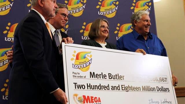 Merle Butler (à droite) et son épouse Patricia (au centre), un couple de retraités de l'Illinois, dans le centre-est des Etats-Unis, a coché l'une des trois grilles gagnantes de la super-loterie américaine Mega Millions de 656 millions de dollars tirée le