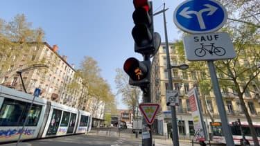 Un nouveau feu jaune clignotant est expérimenté à Lyon.