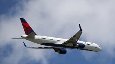 En raison d'une dépressurisation de la cabine, l'avion a fait une rapide descente de 9000 mètres.