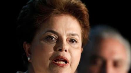 Dilma Rousseff est arrivée largement en tête au premier tour de l'élection présidentielle de dimanche au Brésil (46,9% des voix), mais devra passer par un second tour pour devenir la première femme à diriger le pays. /Photo prise le 3 octobre 2010/REUTERS