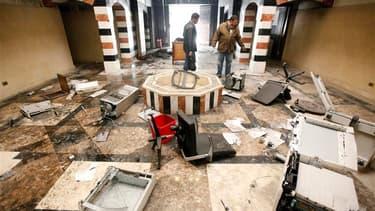 Mise à sac de l'ambassade syrienne au Caire par des expatriés syriens qui dénoncent les bombardements en cours à Homs. Les missions diplomatiques de Londres et de Koweït City ont également été prises à partie. /Photo prise le 4 février 2012/REUTERS/Mohame
