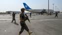 Des soldats talibans prennent le contrôle de l'aéroport de Kaboul