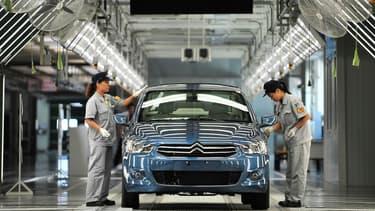 Des employés de l'usine PSA de Wuhan, en Chine.