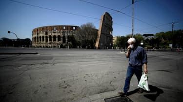 Un homme se promenant près du Colisée à Rome le 11 avril 2020