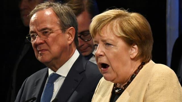 Le chef de file des conservateurs et candidat à la chancellerie Armin Laschet au côté de la chancelière Angela Merkel le 21 septembre 2021 à Stralsund, dans le nord-est de l'Allemagne