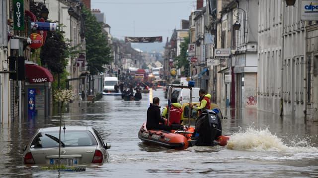 Les services de secours à Nemours, au sud de Paris, le 1er juin 2016.