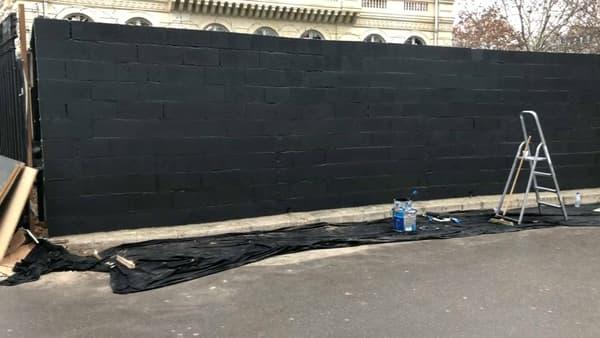 Une brasserie du rond-point de l'Etoile a fait monter un mur devant son établissement.