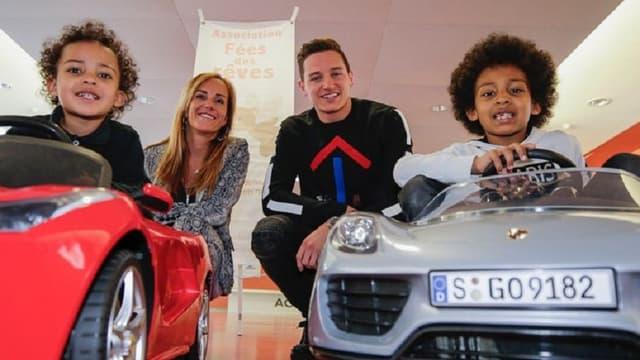 Florian Thauvin et Jessica Robino avec les enfants