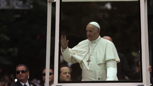 Le Pape François dans sa papamobile à Medellín le 9 septembre 2017.