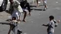 A Sanaa, lors d'affrontements entre partisans du gouvernement et manifestants de l'opposition. Des accrochages ont opposé vendredi dans plusieurs villes du Yémen les forces de sécurité à des foules de manifestants qui exigeaient dans plusieurs villes la f