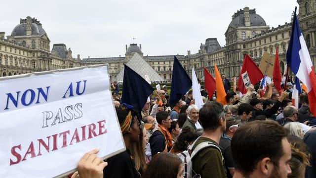 Des manifestants à Paris, le 17 juillet 2021